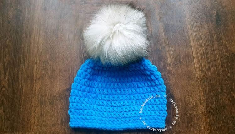damska hackovana ciapka na zimu s kozusinovym brmbolcom